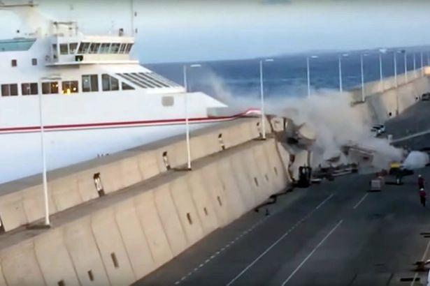 คลิปนาที เรือเฟอร์รี่บรรทุก 140 ชีวิตเบรกไม่อยู่ชนสันเขื่อน หมู่เกาะกานารี
