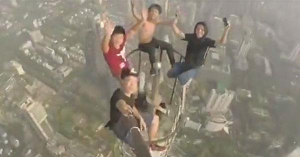 เสียวไส้!! แก๊งหนุ่มจีนท้าตาย ปีนขึ้นไปถ่ายเซลฟี่ บนยอดตึกสูง (มีคลิป)