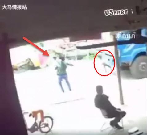 คลิปนาทีอุทาหรณ์!! แม่เห็นลูกน้อย เดินข้ามถนน วิ่งเอาตัวขวางหน้ารถบรรทุก สุดท้ายเกิดเหตุสลด