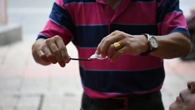 สยอง!! ชายจีนวัย 62 เจ้าของร้านทำความสะอาดตาด้วยวิธีโบราณ