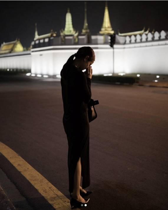 เปิดภาพนางเอกดัง 'เพียงคนเดียว' ที่เดินทางมากราบพระบรมศพ ในหลวง ร.๙ ทุกวัน 'ทำมา 1 ปีเต็ม'