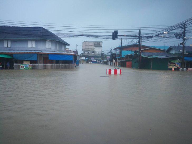 ปัตตานีอ่วม! ฝนกระหน่ำน้ำท่วมสูง ปชช.เดือดร้อนอย่างมาก