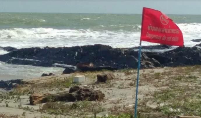 สงขลา ปักธงแดง! เตือนคลื่นลมแรงจัด ห้ามนักท่องเที่ยวลงเล่นน้ำทะเลเด็ดขาด