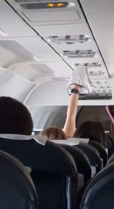 จิตใจทำด้วยอะไร!! สาวยก กกน.จ่อแอร์บนเครื่องบิน อย่างชิล (คลิป)