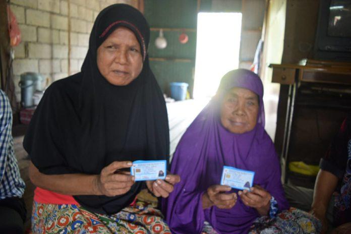 สุดยอดนายอำเภอ!! ลงพื้นที่ทำบัตรปชช.ให้ชาวบ้าน เล็งเห็นเป็นประโยชน์เรื่องใช้สิทธิ